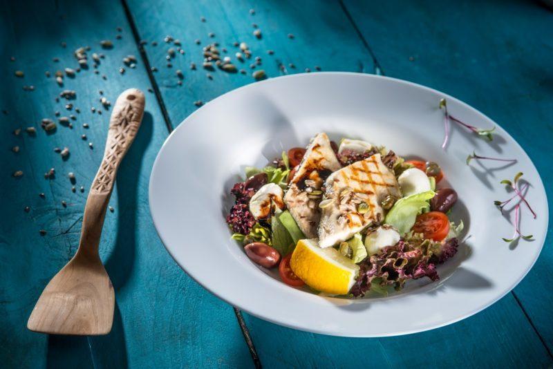 Salată cu filé de păstrăv