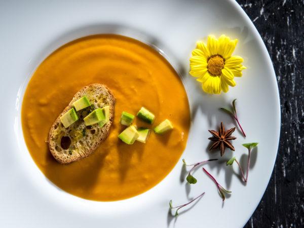 Supă cremă de legume și avocado cu crutoane